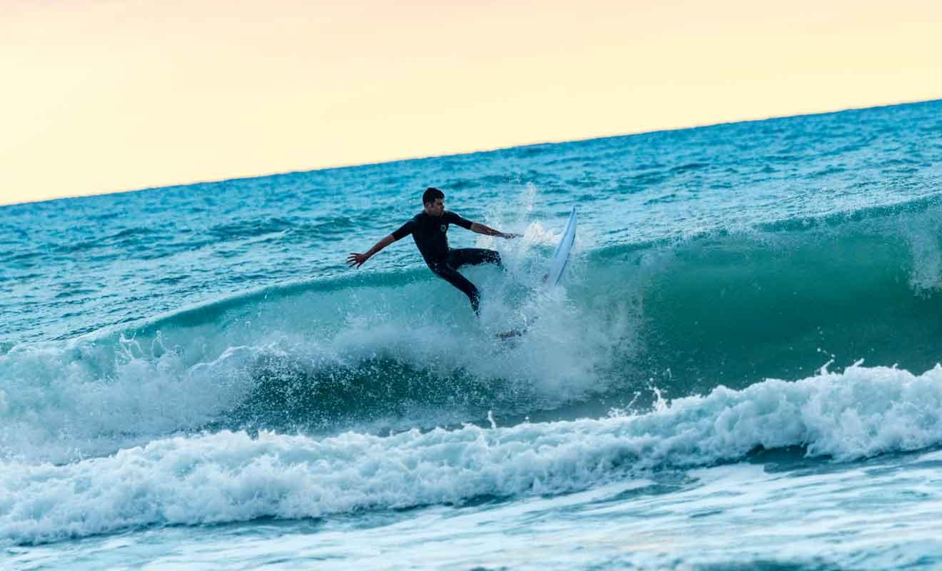 Personne ne peut devenir un surfeur émérite en quelques heures, le but de l'initiation étant essentiellement de s'amuser et peut-être de se trouver une vocation.