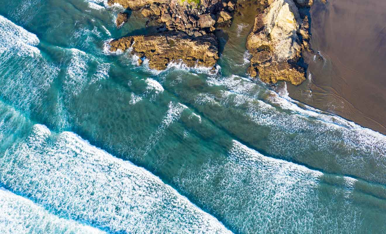La mer qui se retire laisse derrière elle des lagons parfaits pour se baigner sans danger.