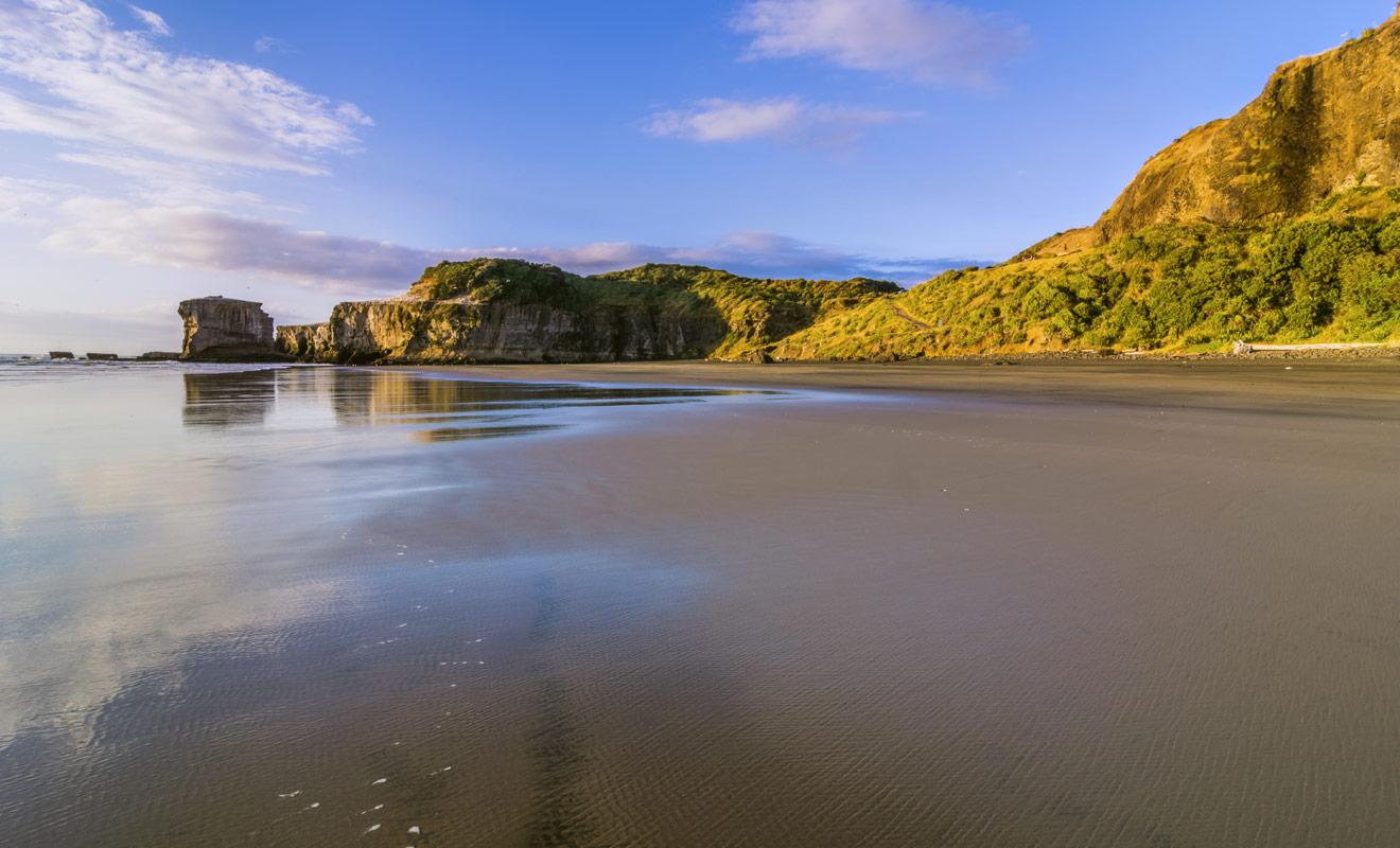 La plage la plus célèbre de Raglan attire les surfeurs du monde entier et occasionnellement les championnats du monde de la discipline.