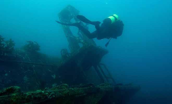 L'épave du Canterbury (une ancienne frégate militaire désarmée) sert aujourd'hui de récif artificiel et la plongée est autorisée sur le site.