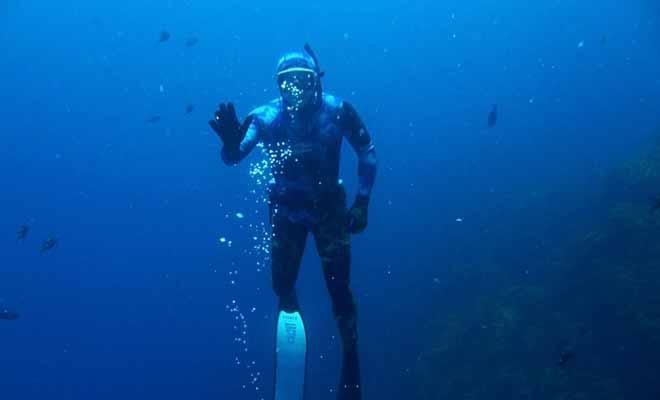 Durant votre plongée, vous devrez garder un oeil sur votre moniteur de plongée. Mais rassurez-vous, celui-ci vous surveille et vous avertira en cas de problème.