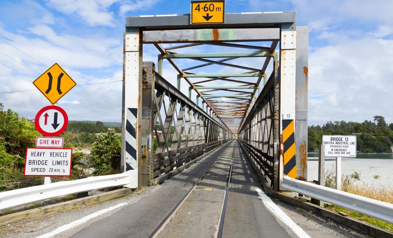 Dans l'arrière-pays, il arrive que les ponts ne comportent qu'une seule voie. Il faut parfois attendre son tour avant de passer.