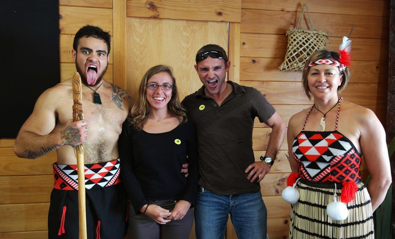 Prendre le temps de s'initier à la culture maorie est l'une des possibilités offertes par un séjour d'une année en Nouvelle-Zélande. Au-delà des spectacles folkloriques, il existe de nombreuses opportunités pour découvrir les traditions des premiers habitants du pays.