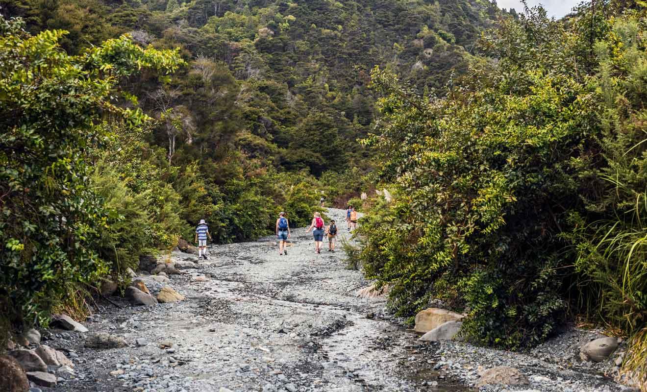 La randonnée ne présente pas de difficulté majeure, mais le sol constitué de galets et de rochers impose une certaine prudence.