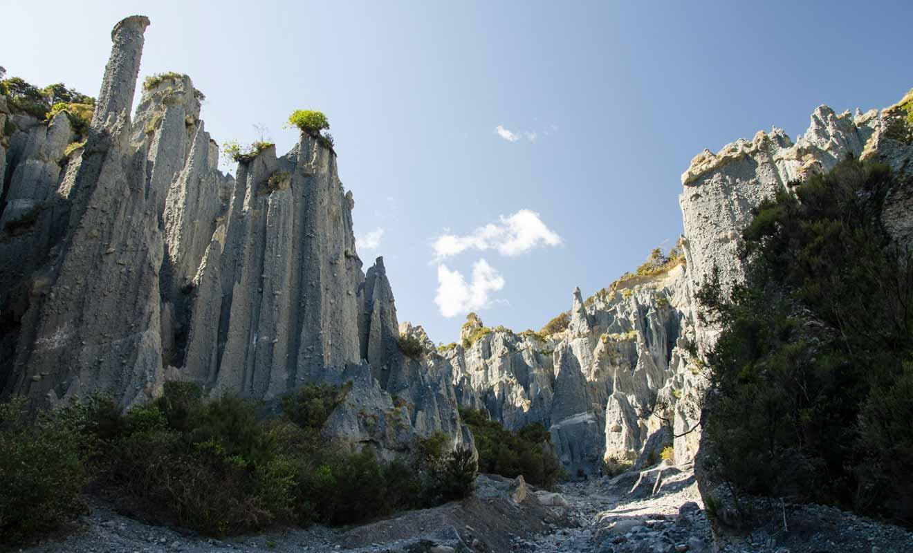 Les Putangirua Pinnacles se trouvent au début de la Baie de Palliser.