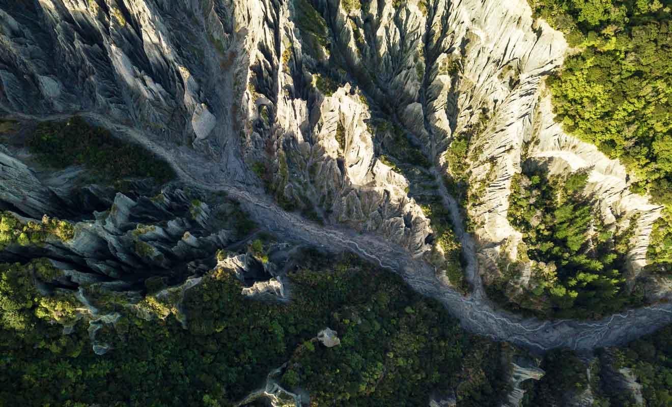 Vous pouvez vous aventurer dans les Pinnacles, mais méfiez-vous des chutes de pierre.