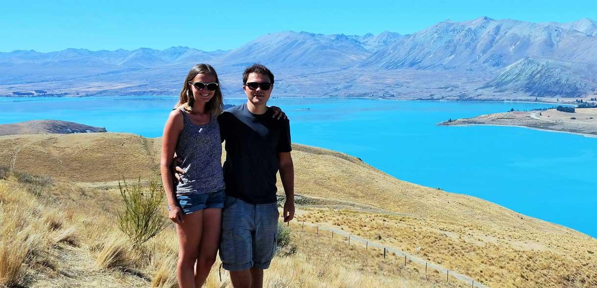 Julie et quentin de VeryNZ Trip devant le lac Tekapo de l'île du Sud.