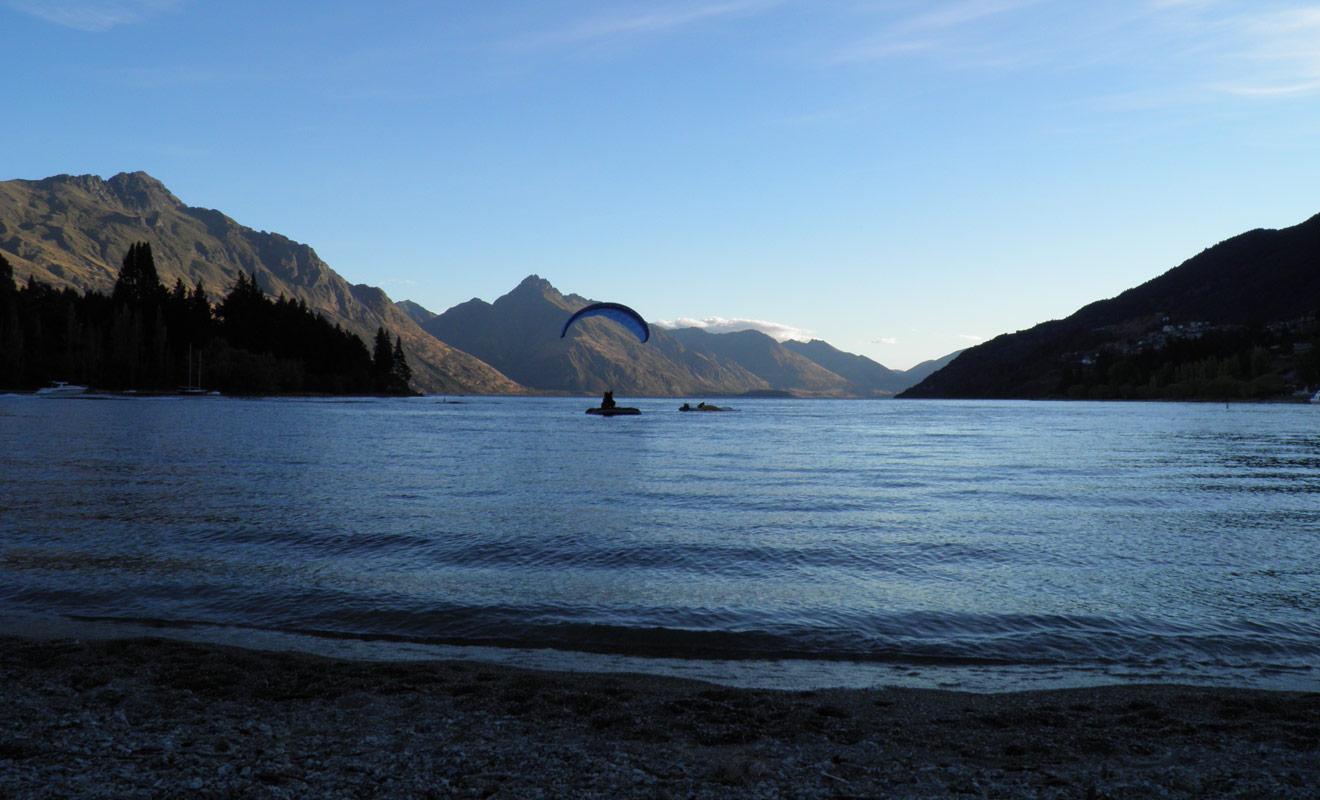 Les moniteurs de tandem sont capables de se poser exactement où ils le souhaitent. Durant leur entraînement, ces professionnels aguerris s'exercent à se poser sur une petite plateforme flottante sur le lac Wakatipu de Queenstown.