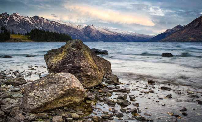 Les sommets des montagnes qui entourent le lac Wakatipu sont encore enneigés au début du printemps.