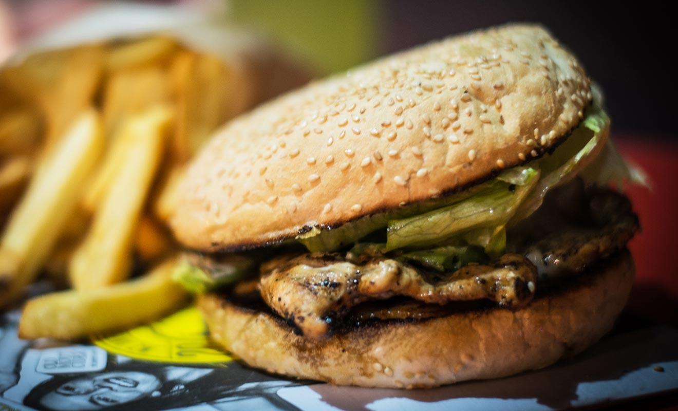 La réputation du Fergburger est toujours aussi excellente. En revanche, si la qualité n'a pas baissé au fil des ans, la popularité de l'enseigne commence à poser problème. Il n'est pas rare de devoir faire la queue plus d'une heure pour un simple sandwich.