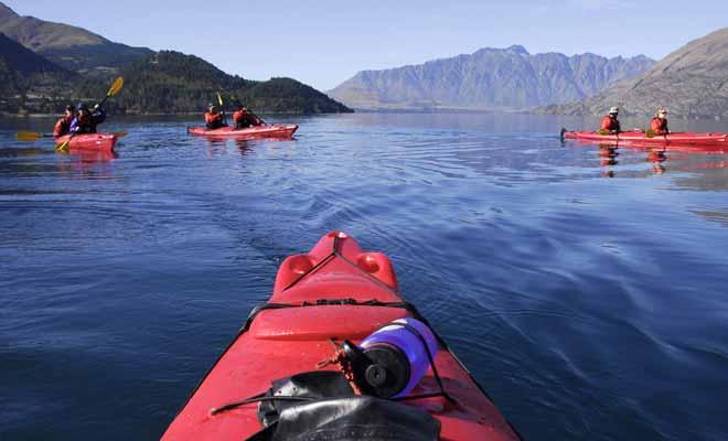 Les sorties en kayak sur le lac Wakatipu de Queenstown permettent de rejoindre les îles et de profiter de points vus autrement inaccessibles sur les chaînes de montagnes environnantes.