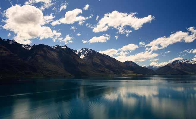 Dans la légende maorie, le lac Wakatipu a été formé par le corps d'un géant brulé durant son sommeil. L'oscillation du niveau du lac serait due au battement du coeur du géant encore en vie !