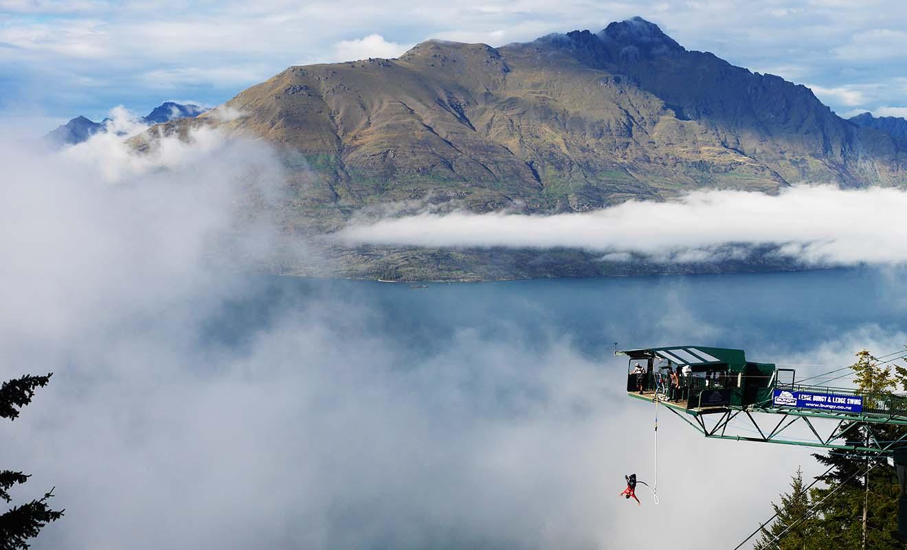 Inventé dans les années 80 puis repris dans le monde entier, le saut à l'élastique que les anglais appellent « Bungee jumping » est très populaire en Nouvelle-Zélande.