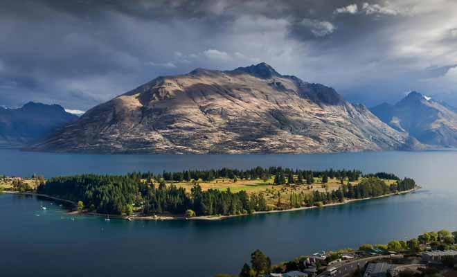 La chaine de montagnes qui entoure le lac s'appelle « The Remarkables ».