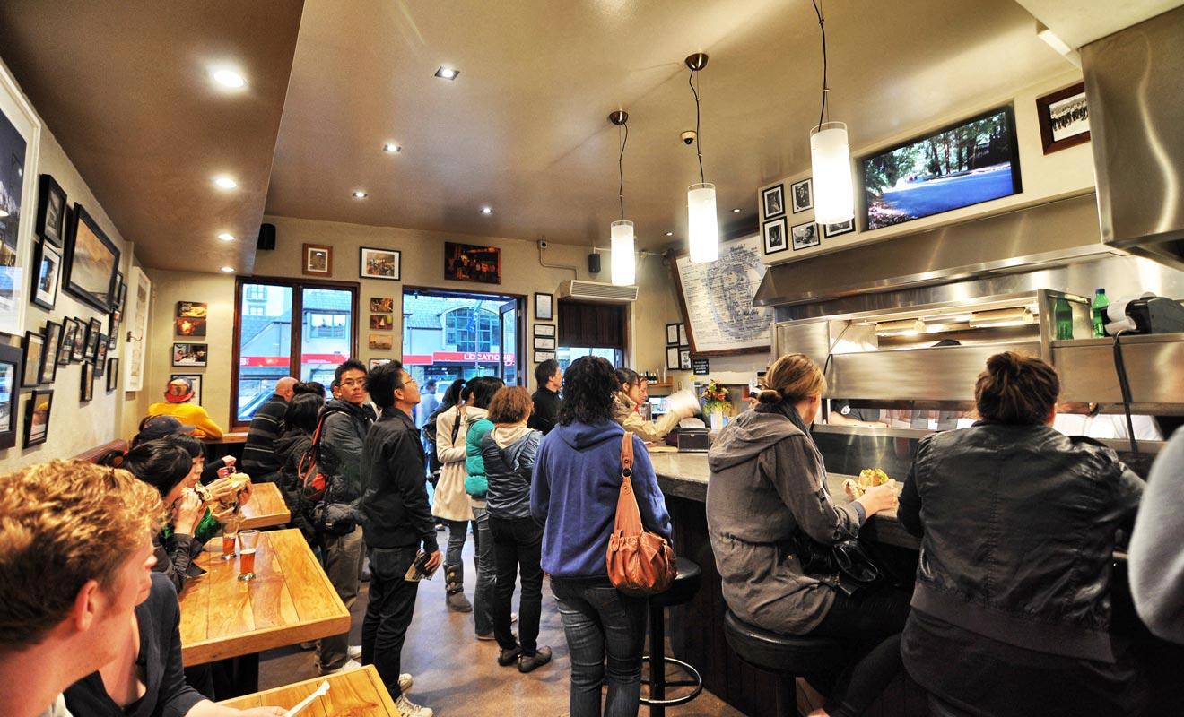 Queenstown possède le restaurant Fergburger dont la renommée a fait le tour du monde. On y sert des burgers géants qui font le bonheur des randonneurs épuisés.