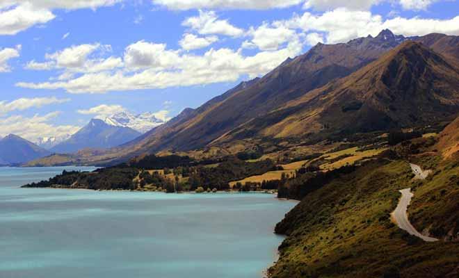 La route qui longe le lac Wakatipu sur l'Île du Sud mène à Glenorchy et la vallée connue sous le nom de Paradise.