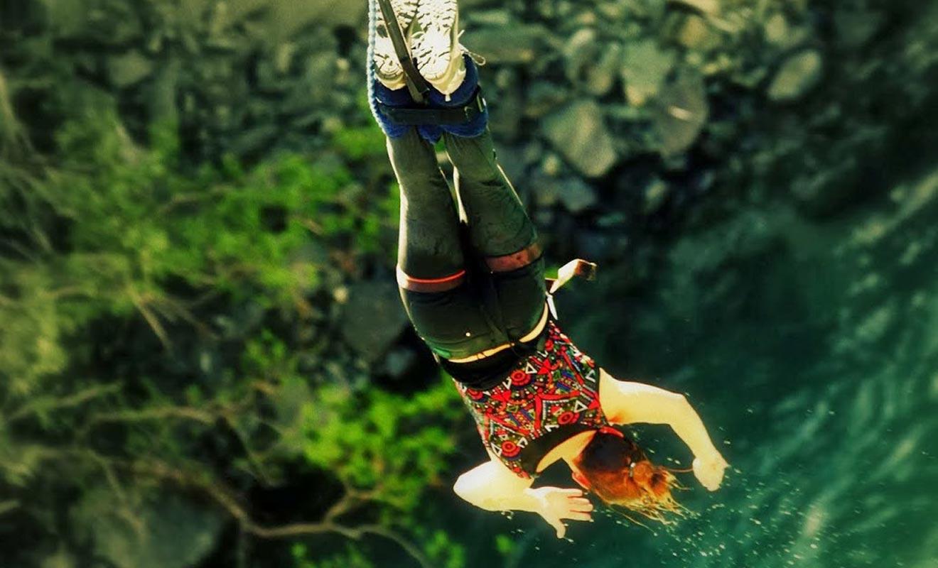 C'est un Néo-Zélandais qui le premier a eu l'idée de sauter dans le vide en étant accroché à un élastique. Quelques décennies plus tard, l'activité est devenue un sport populaire pratiqué aux quatre coins du pays.