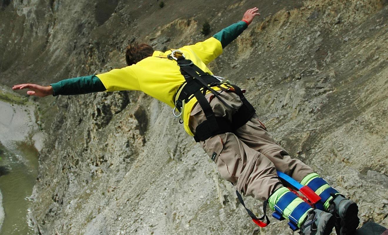 Le moment le plus effrayant quand on saute à l'élastique est celui où l'on se jette dans le vide. Le plus amusant étant celui où l'on remonte tiré par la force l'élastique.