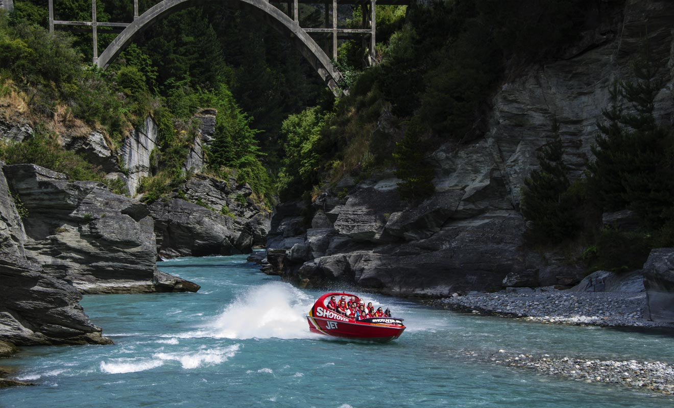 Le Shotover Jet serpente dans le Canyon ou coule la rivière de Shotover qui fit la fortune des chercheurs d'or autrefois.