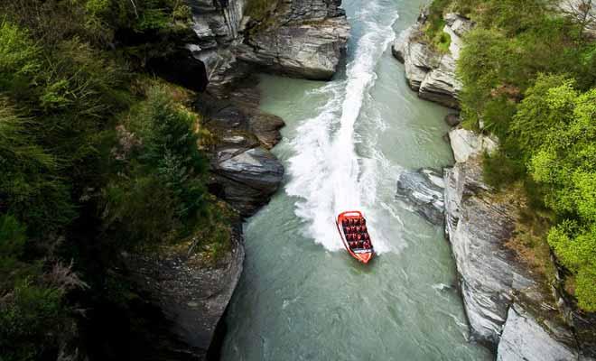 On ne confie pas les commandes d'un jetboat au premier aspirant pilote venu. Avant de se voir confier la responsabilité de conduire un équipage dans les canyons de la rivière shotover, les pilotes subiront un entraînement très exigeant.