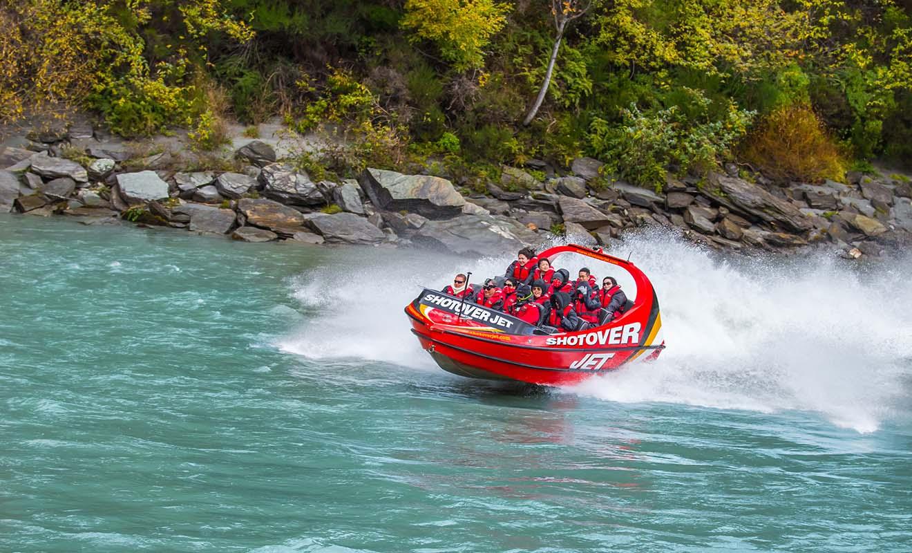 Le Shotover Jet permet de remonter les rivières à 80 km/ tout en effectuant des virages en épingle et des tours à 360°.