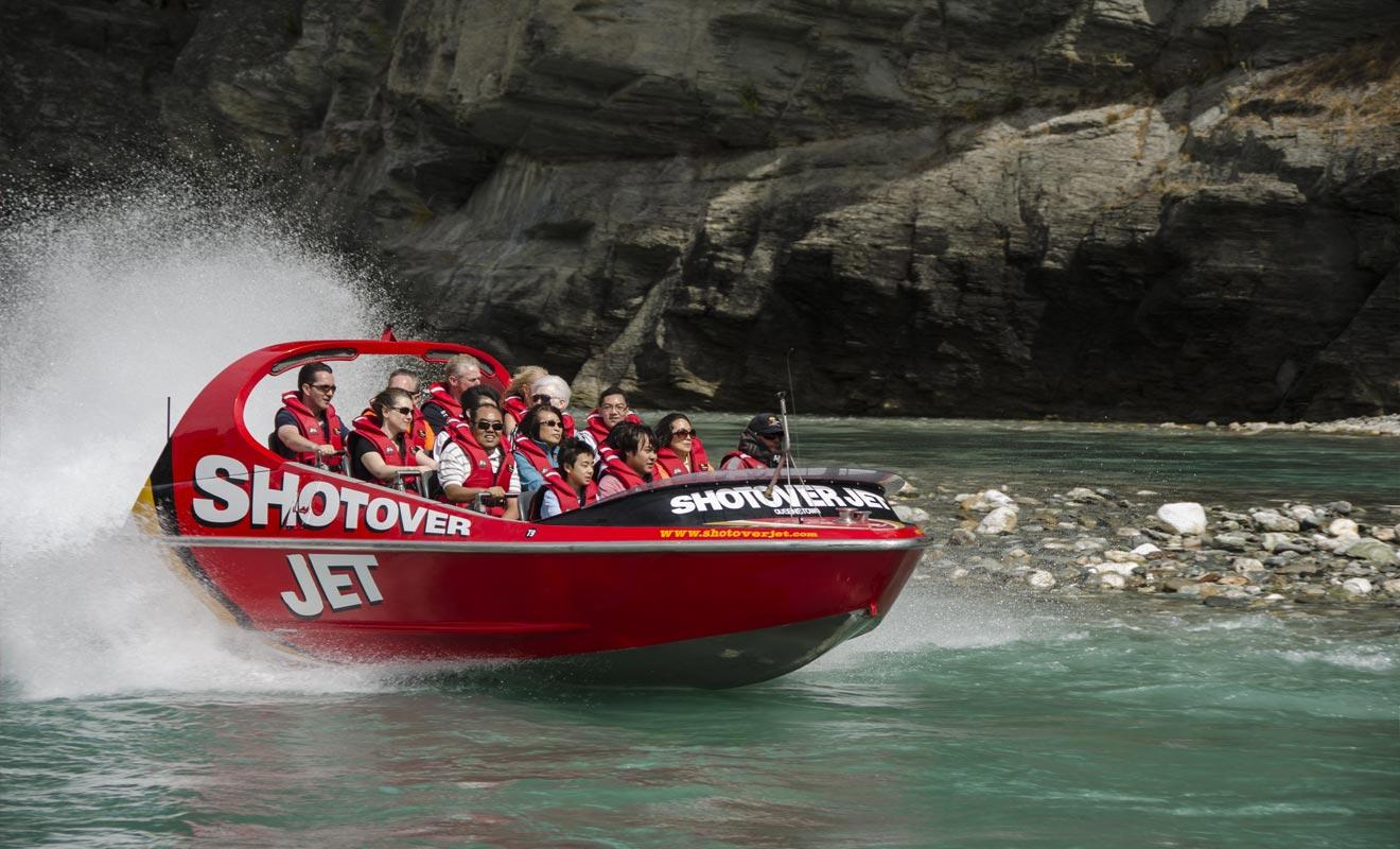 Le système de propulsion du Shotover Jet tient plus de l'avion de chasse que du hors-bord. L'eau est aspirée à l'avant par une turbine et recrachée à l'arrière. Ce qui fait que l'embarcation flotte presque à la surface et peut même franchir des rivières profondes d'une dizaine de centimètres seulement !