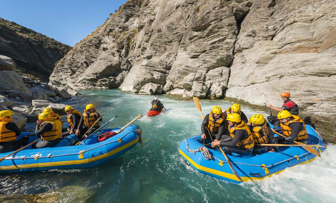 Plusieurs rafts partent en même temps, et le barreur de chaque embarcation vous motivera pour faire la course avec les autres. L'esprit demeure fairplay et vous aiderez parfois un rameur rival tombé à l'eau à regagner son équipe.