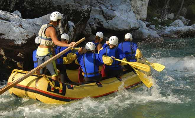 Le danger en rafting est lié au type de rivière et à la puissance des rapides. C'est pour cette raison que l'on porte des gilets de sauvetage, mais surtout des casques pour se protéger des chocs contre les rochers.