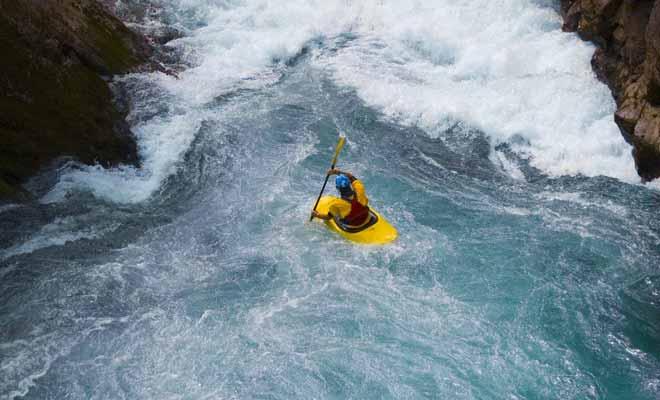 Si vous tombez à l'eau durant une descente en rafting en Nouvelle-Zélande, vous serez repêché par un moniteur qui vous suit en kayak.