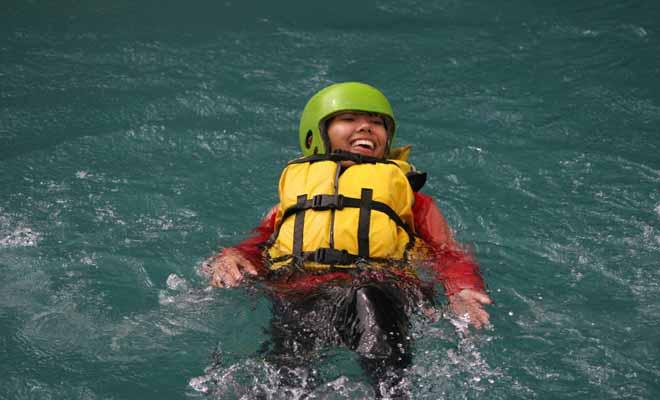 Tomber dans l'eau fait partit du rafting et il n'y a pas lieu de s'en inquiéter plus que de raison. Le principal réflexe à développer consiste à se laisser porter par le courant en gardant les pieds en avant et en surface.