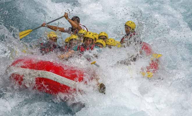 La fatigue en rafting dépend du type de rivière que l'on emprunte. Contrairement à l'idée reçue, ce ne sont pas les rapides qui sont les plus difficiles, car la force du courant fait l'essentiel du travail et l'on n'a guère besoin de pagayer pour avancer.