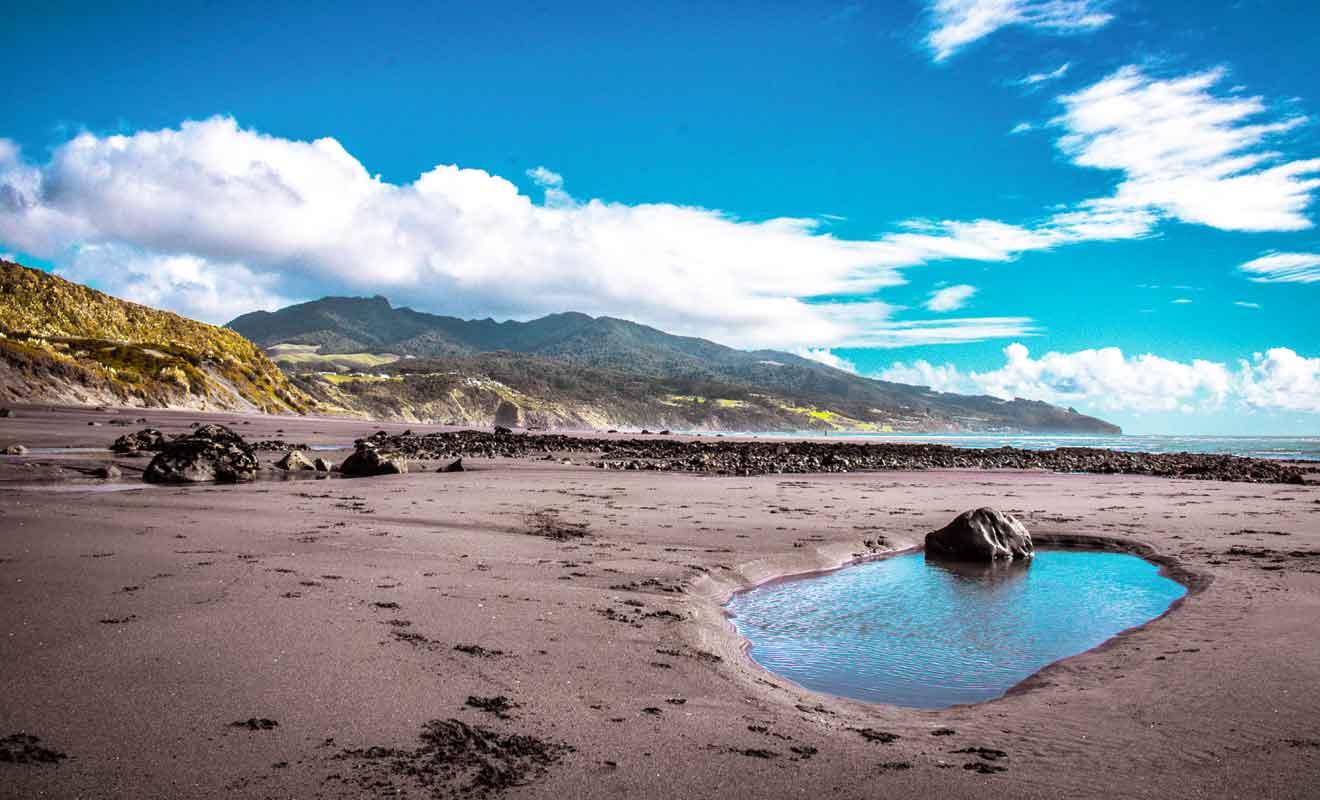 La montagne rejoint la mer de Tasman.