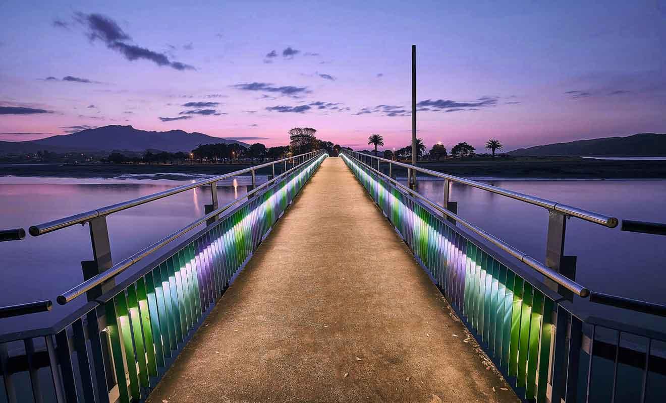 Le pont est illuminé la nuit grace à un système de leds.