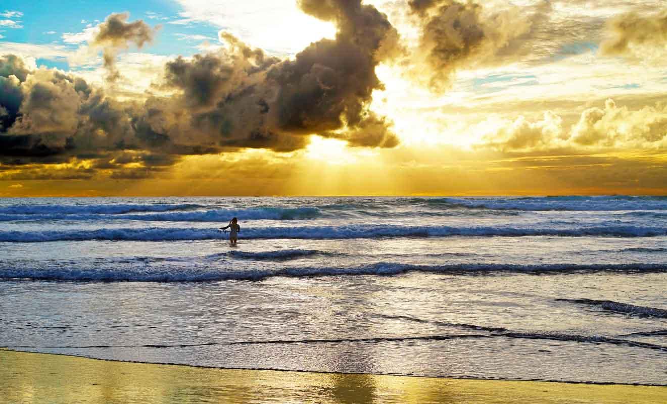 Promenez-vous sur le sable pour admirer les derniers rayons du soleil.