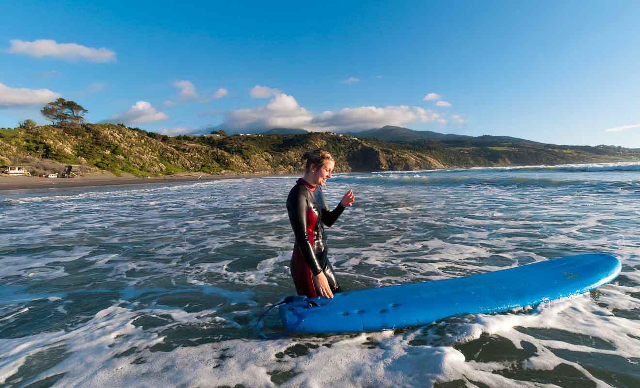 Les moniteurs savent comment former des surfeurs en un temps record.