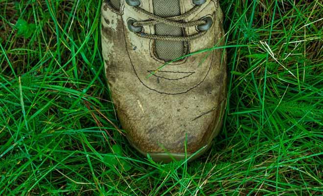 Les chaussures de randonnée ne doivent pas être totalement étanches, car le pied doit pouvoir respirer, mais il faut trouver un juste milieu pour ne pas avoir les pieds mouillés.