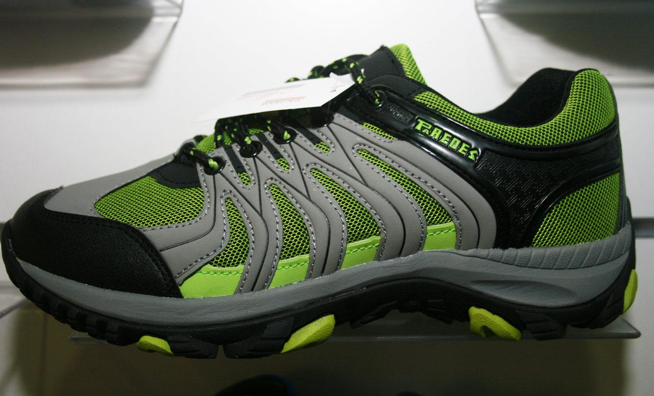 Vous pouvez essayer les chaussures de randonnée dans de grandes enseignes comme Decathlon ou Go Sport, mais il vaut mieux se rendre dans des boutiques spécialisées dans la grande randonnée.