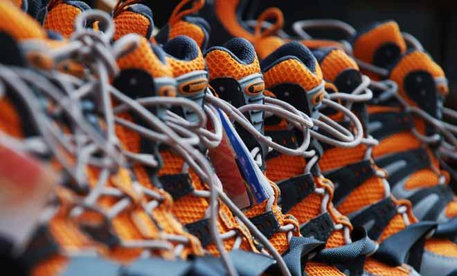 Pour des chaussures de randonnées, il faut essayer des chaussures avec une pointure plus grande que d'habitude, car le pied gonfle en marchant et les chaussettes de randonnées sont plus épaisses que celles que vous portez au quotidien.