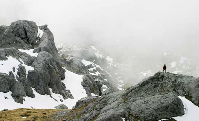 La météo néo-zélandaise étant sujette à de brusques changements, il arrive que le paysage tout entier soit plongé dans la brume. Le voyageur qui n'est pas équipé et qui n'a pas surveillé la météo la veille s'expose au risque de faire une mauvaise chute.