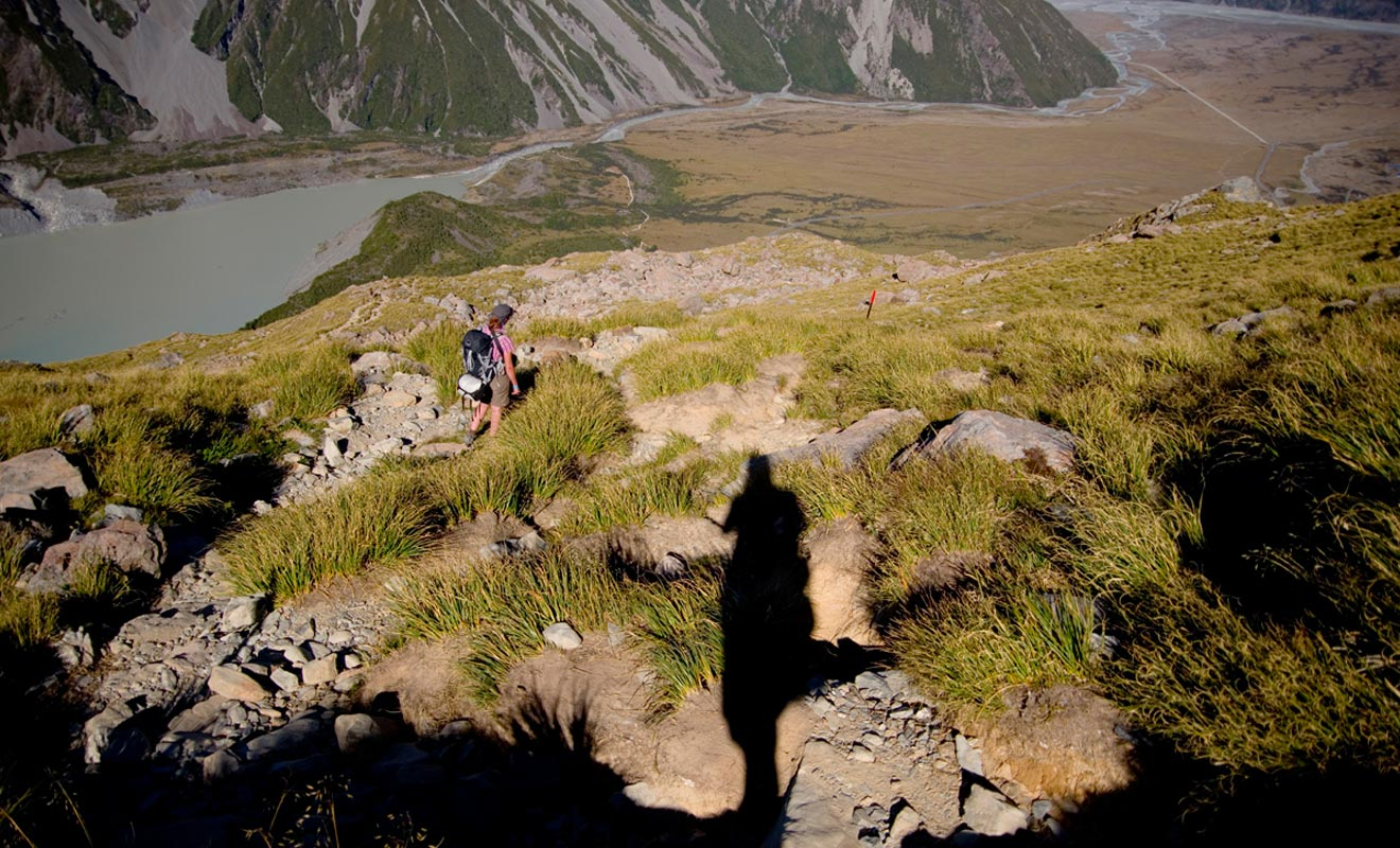 S'il est relativement aisé de se faire prendre en stop en Nouvelle-Zélande (les kiwis s'arrêtent souvent), il faut parfois patienter plus de deux heures dans les régions désertes de l'île du Sud. Prévois du matériel de camping en cas de problème est recommandé.