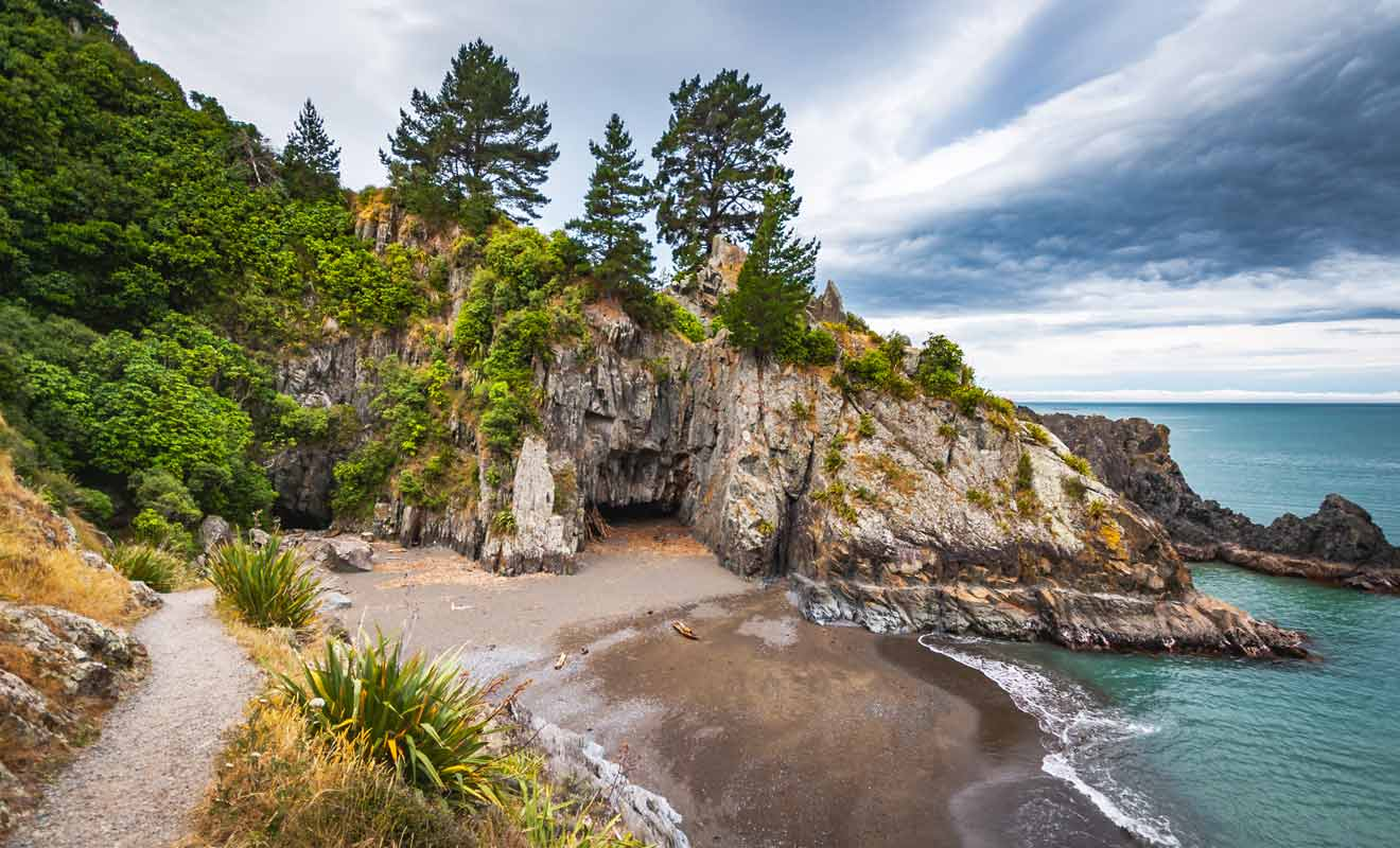 Rarangi se trouve à une vingtaine de kilomètres et une petite randonnée permet de rejoindre la plage de Monkey bay d'où l'on peut apercevoir l'île du Nord par beau temps.