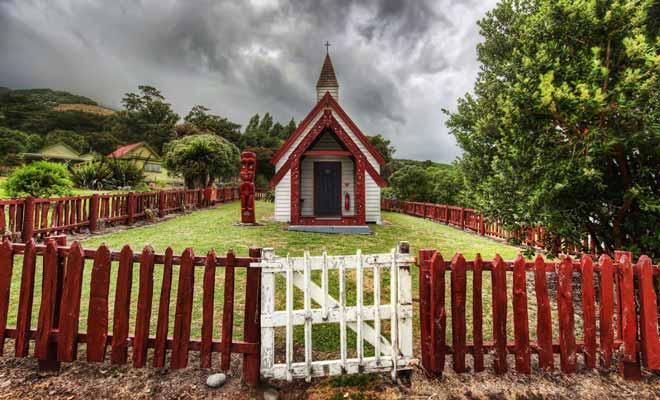 Certaines églises sont décorées avec des motifs culturels maoris. Le résultat est souvent splendide, mais parait assez éloigné de la tradition chrétienne.