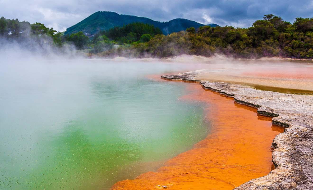 Champagne Pool est un bassin bouillonnant vert-orangé qui est l'une des attractions majeures du parc géothermique de Wai-o-Tapu près de Rotorua.
