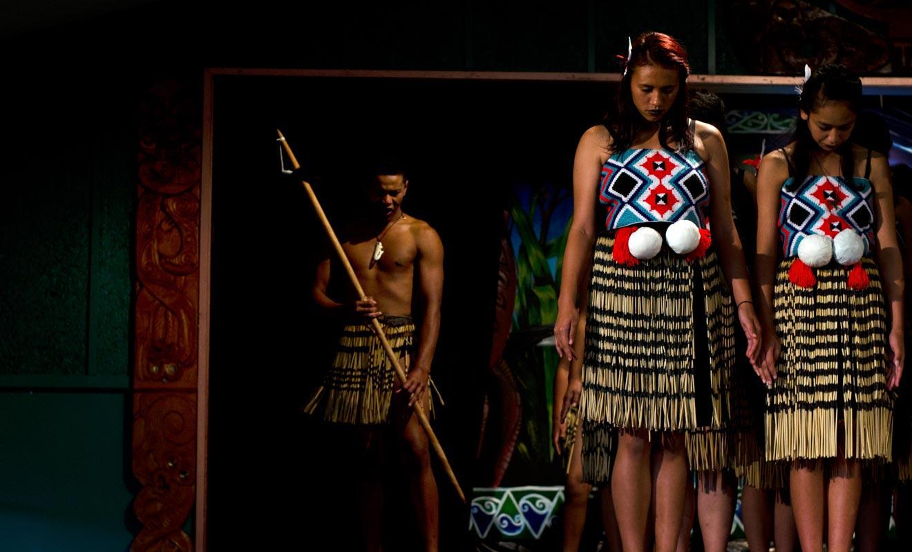 La ville de Rotorua et ses environs propose de nombreux spectacles consacrés à la culture maorie. Il s'agit souvent de simples diners spectacles qui peuvent décevoir le visiteur en quête d'authenticité.
