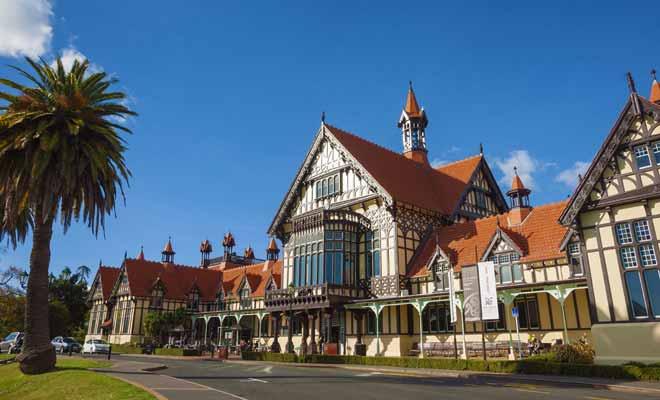 Le musée de Rotorua qui est construit dans le style Tudor est devenu une icône de la Nouvelle-Zélande, au même titre que la Sky Tower d'Auckland ou le Mitre Peak du Milford Sound.