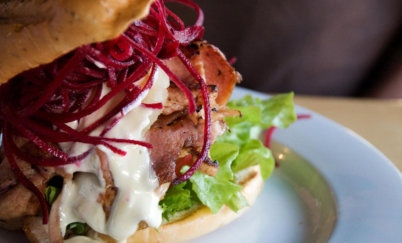 Le Fat Dog est un restaurant de Rotorua situé en centre-ville non loin du lac. On y sert un délicieux burger à l'agneau grillé.
