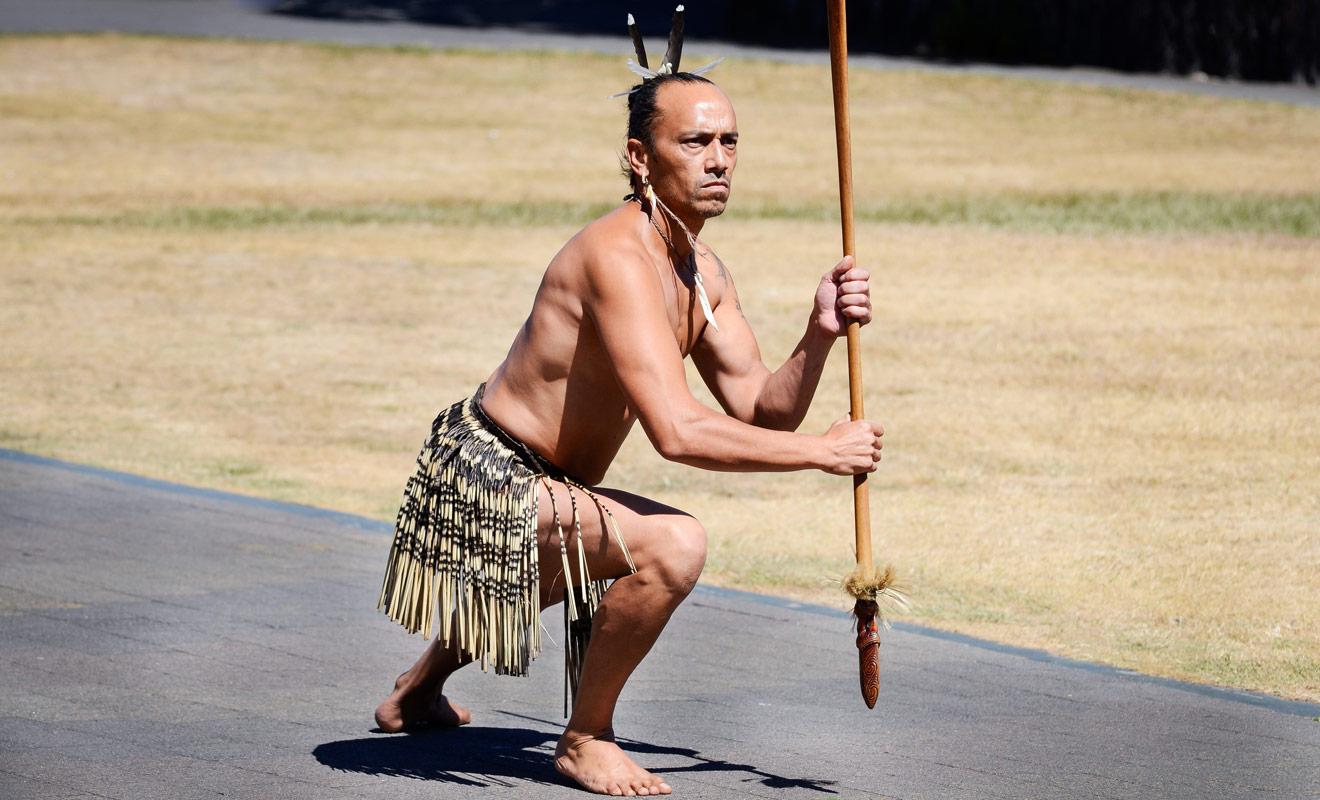 Pour pénétrer à l'intérieur du village maori, il faut d'abord assister à la cérémonie d'accueil durant laquelle un guerrier exécute des danses supposées vous intimider.
