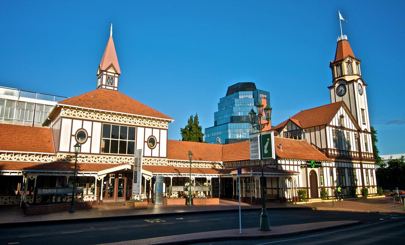 Vous pouvez réserver vos places pour les spectacles maoris directement sur Internet, ou vous rendre dans le centre d'information (iCenter) de Rotorua, non loin des jardins de Government Garden.