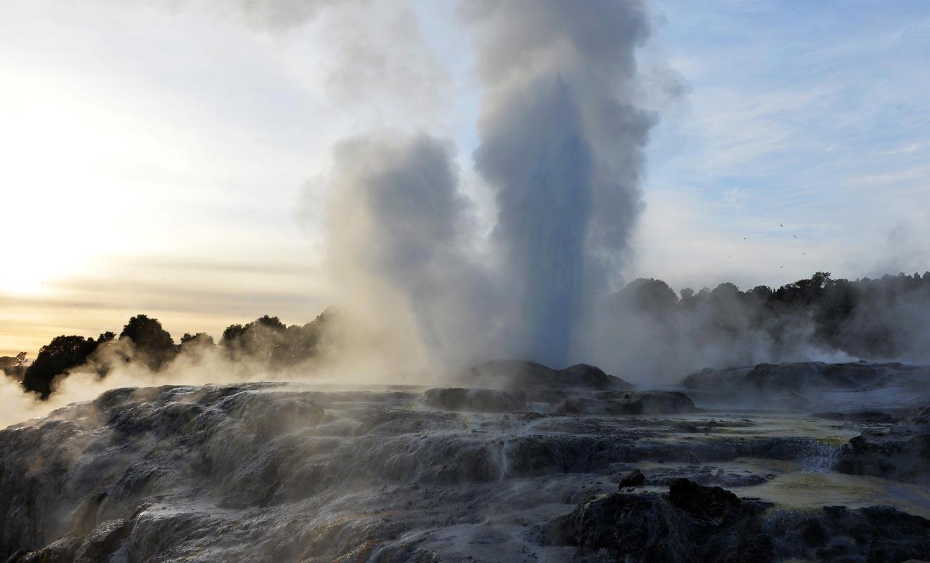 Ce sont des bagnards qui ont découvert que l'on pouvait déclencher le geyser en ajoutant du savon dans l'eau.