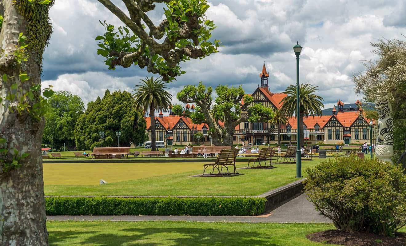 Le musée de Rotorua, bâti dans le style Tudor, abrite l'une des plus belles expositions d'oeuvres d'art maori de Nouvelle-Zélande.